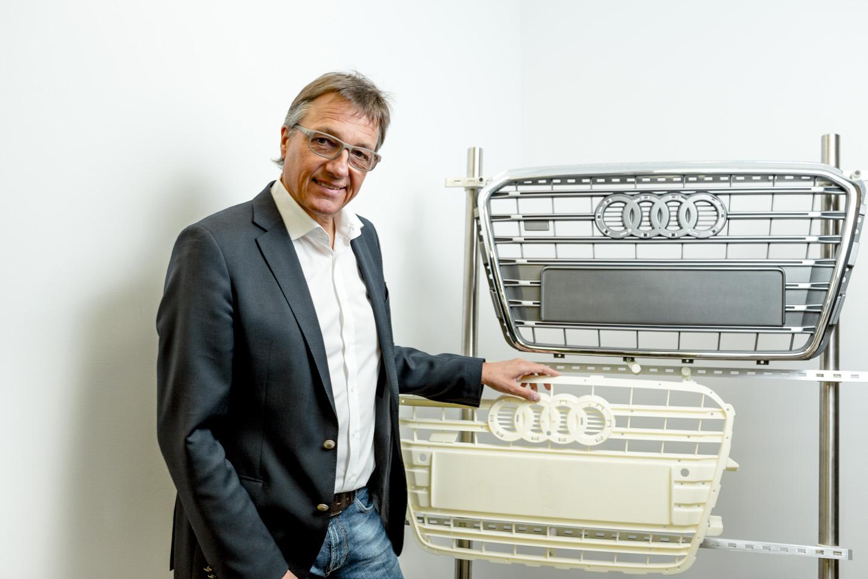 Stephan Kegelmann mit Musterkühlergrill im SLS-Verfahren