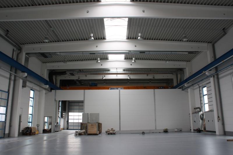 Hallenneubau für 6-Achsen-Portalfräsmaschine FZ100 und Spritzgießfertigung