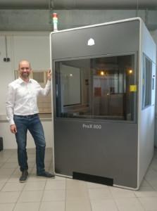 Markus Albrecht präsentiert die neue SLA-Maschine bei Kegelmann Technik